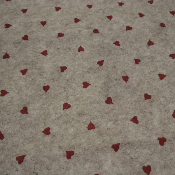 pannolenci beige con cuore rosso scuro 45x50 cm