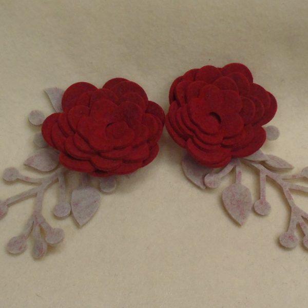 Rose di feltro (3mm) colore rosso scuro e rami colore ecru